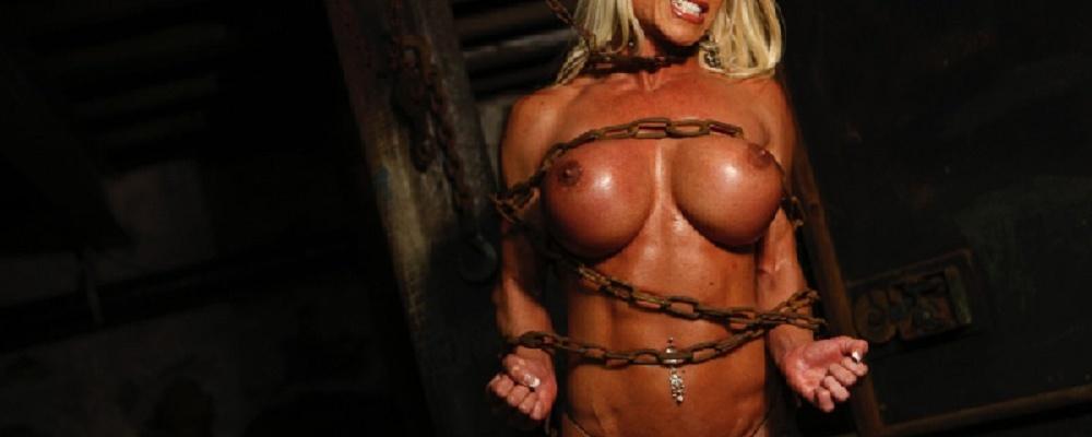 Mädchen nackt in ketten