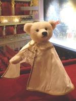 Bär im Don Giovanni-Kostüm