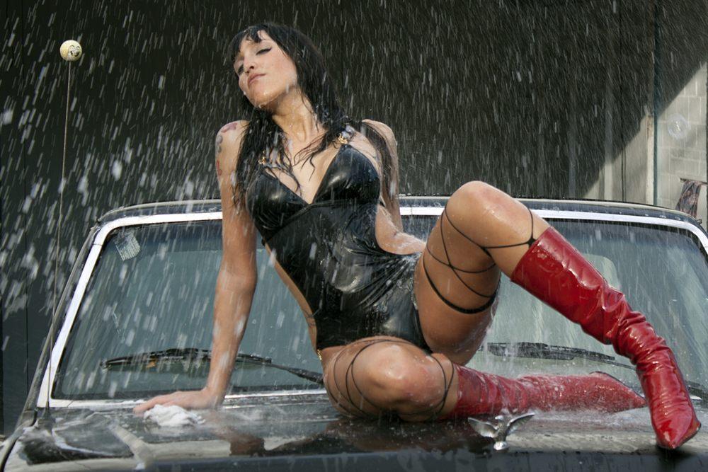 Juliana: feucht beim Car Wash